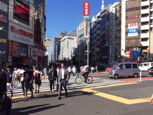 キレイモ渋谷宮益坂店へ向かうには駅を出てすぐの交差点を渡ります