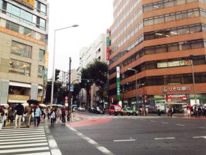 キレイモ渋谷宮益坂店へ向かうには宮益坂を郵便局方面へ進みます