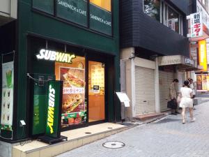キレイモ渋谷宮益坂店へ向かうにはサブウェイやファーストキッチンを通り過ぎます